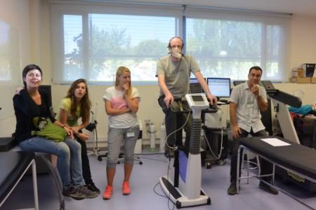 Test sur un vélo pour établir un programme de réentrainement personnalisé à l'effort, à partir des performances du volontaire
